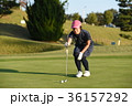 ゴルフをする女性 36157292