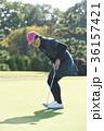 ゴルフをする女性 36157421