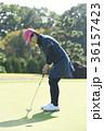 ゴルフをする女性 36157423