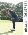 ゴルフをする女性 36157424