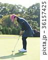 ゴルフをする女性 36157425