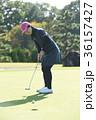 ゴルフをする女性 36157427