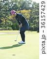 ゴルフをする女性 36157429