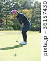 ゴルフをする女性 36157430