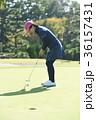 ゴルフをする女性 36157431