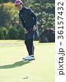 ゴルフをする女性 36157432