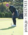 ゴルフをする女性 36157433