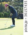 ゴルフをする女性 36157435