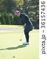 ゴルフをする女性 36157436