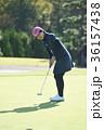 ゴルフをする女性 36157438