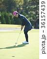 ゴルフをする女性 36157439