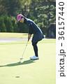 ゴルフをする女性 36157440