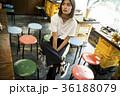 クールな女性 カジュアル 下町 焼肉店 36188079