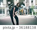 クールな女性 東京 下町 ストリート 36188138