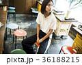 クールな女性 カジュアル 下町 焼肉店 36188215
