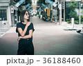 クールな女性 東京 下町 ストリート 36188460