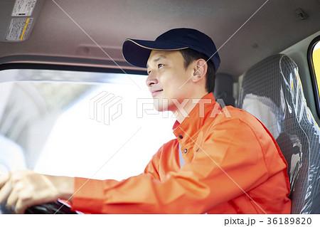 運転する男性 36189820