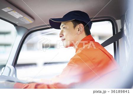 運転する男性 36189841