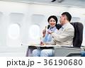 機内 旅行 夫婦の写真 36190680