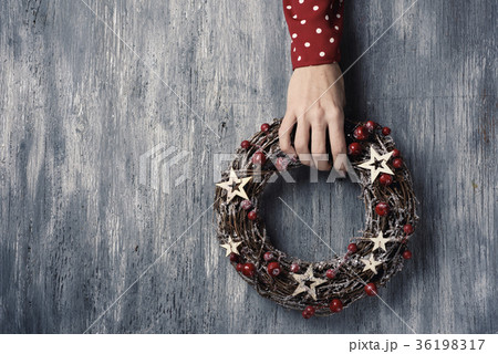woman with a christmas wreathの写真素材 [36198317] - PIXTA