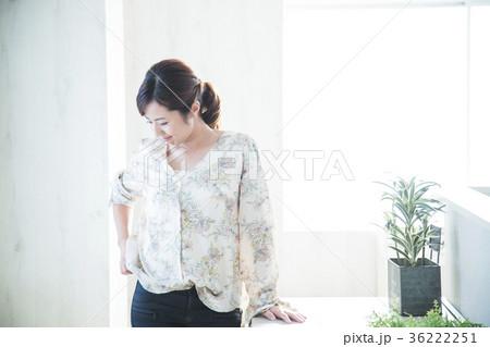 女性 若い女性 若い 笑顔 かわいい ライフスタイル きれい カジュアル 36222251