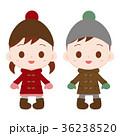 ダッフルコートとニット帽の双子ちゃん 36238520
