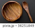 木のスプーンと木の器 36251849