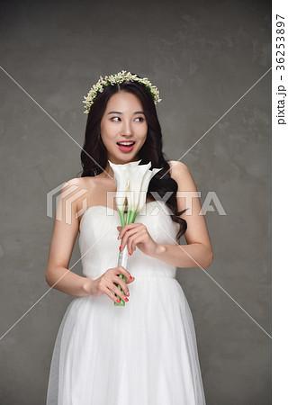 ac6bce32979d1 花嫁 ウェディングドレス ブーケの写真素材  36253897  - PIXTA