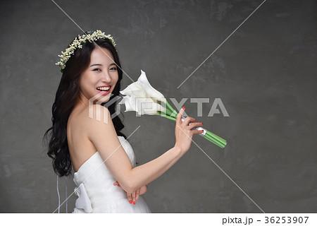 dc2006f5358a6 花嫁 ウェディングドレス ブーケの写真素材  36253907  - PIXTA