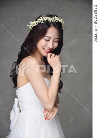 18b206bc063df 花嫁 ウェディングドレス 笑顔の写真素材  36253921  - PIXTA
