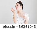 スマホ・女性(白バック) 36261043