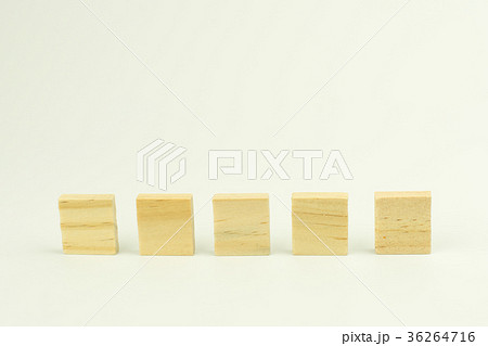 Row of five blank wooden blocks on white の写真素材 [36264716] - PIXTA