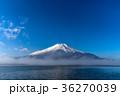 朝霧に包まれた富士山 36270039