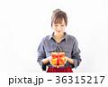 若い女性 プレゼントイメージ  36315217