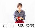 若い女性 プレゼントイメージ  36315235