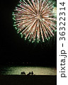 打ち上げ花火を見る人々 36322314