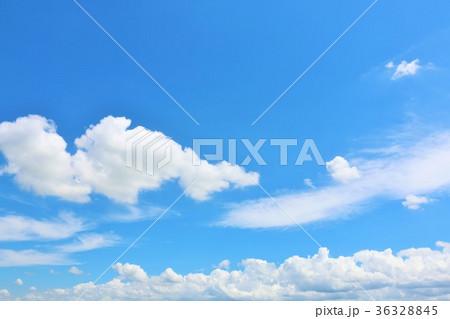 夏の爽やかな青空と白い雲 36328845