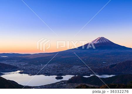 河口湖_夜明けの紅富士 36332276
