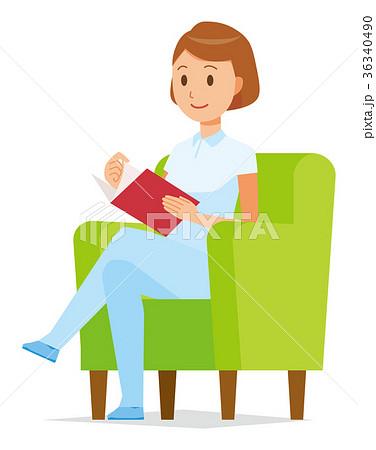 白い制服を着た女性看護師がソファーに座って読書をしている 36340490