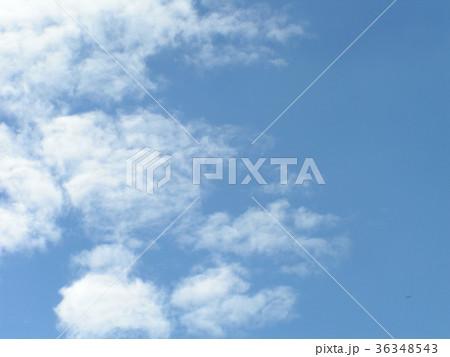 深まった秋の青空と白い雲 36348543