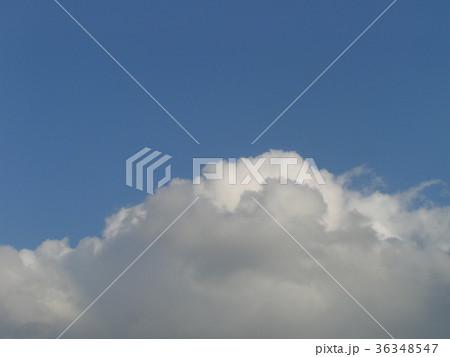 深まった秋の青空と白い雲 36348547