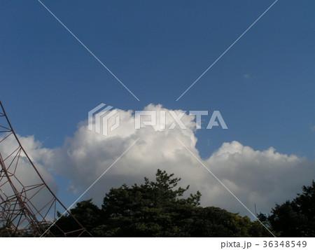 深まった秋の青空と白い雲 36348549