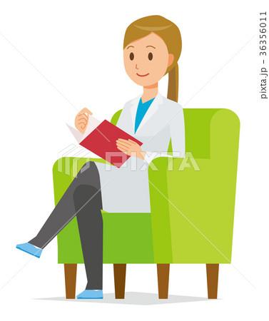 白衣を着た女性医師がソファーに座って読書をしている 36356011