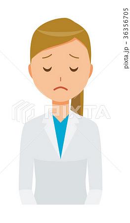白衣を着た女性医師が謝っている 36356705