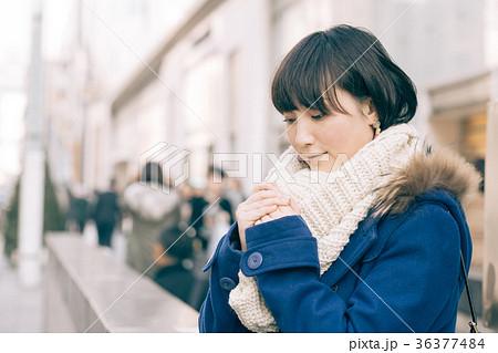 冬の街角に立つ20代女性 丸の内 36377484