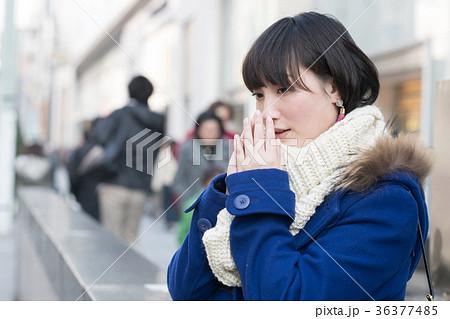 街角に立つ若い女性 丸の内 冬 36377485