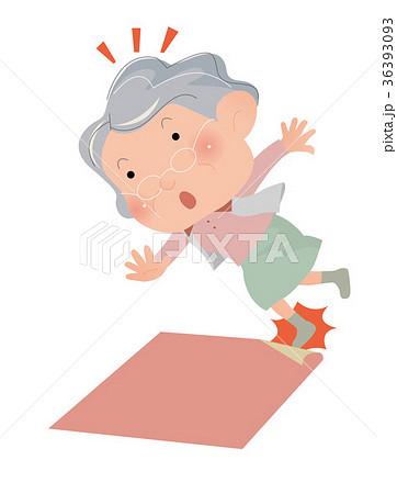 危ない。カーペットの端につまずいて転びそうになる、高齢女性。 36393093