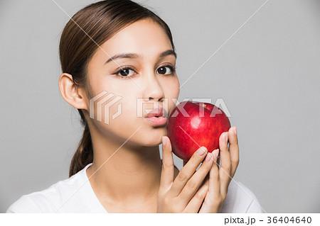 りんごを持つ女性 36404640