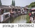 朱家角の運河沿い街並み 36439642