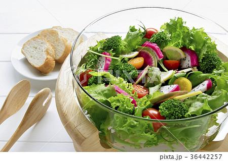 カラフルな野菜サラダ 36442257